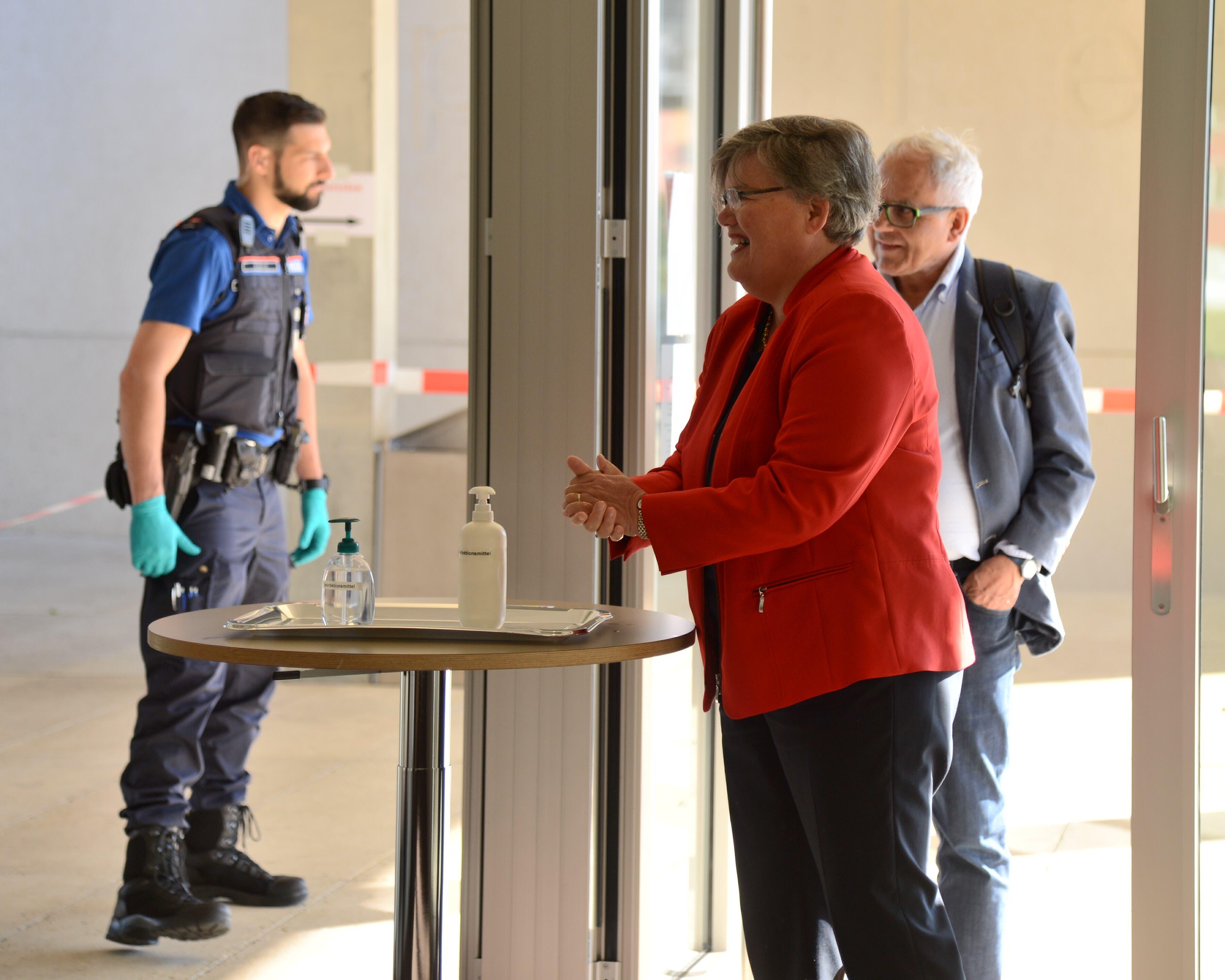 Beim Eingang desinfizierten die Parlamentarier ihre Hände