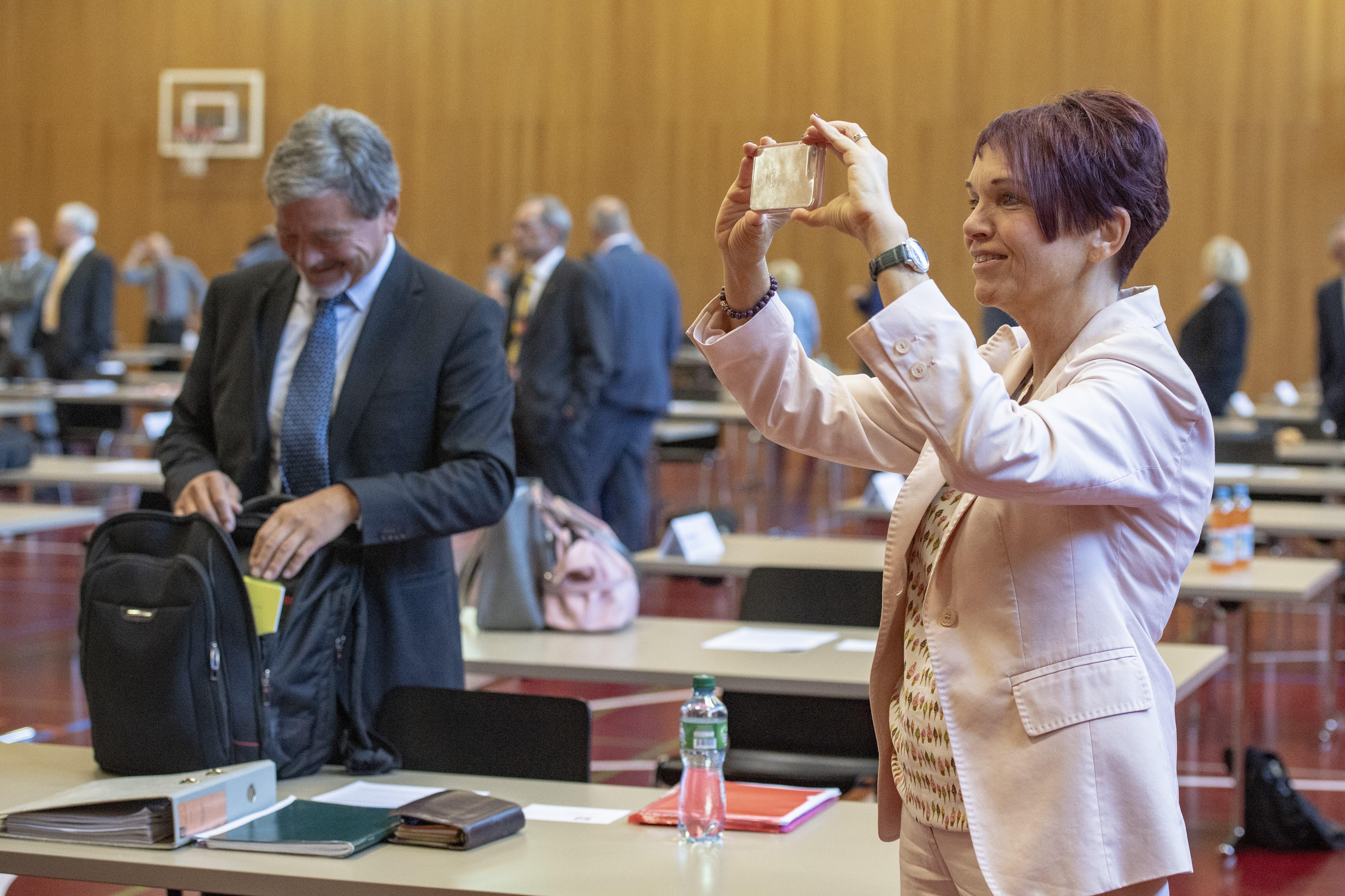 Macht ein Foto von der Sitzung: Die Nidwaldner Regierungsrätin Michèle Blöchlinger