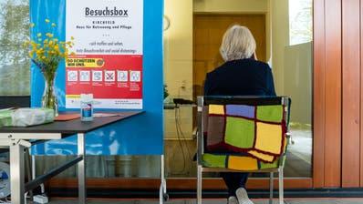 Ab Pfingsten müssen die Besucher in den St.Galler Alters- und Pflegeheimen nicht mehr durch eine Scheibe getrennt mit ihren Angehörigen kommunizieren. (Symbolbild: Philipp Schmidli (Kirchfeld, 17. April 2020))