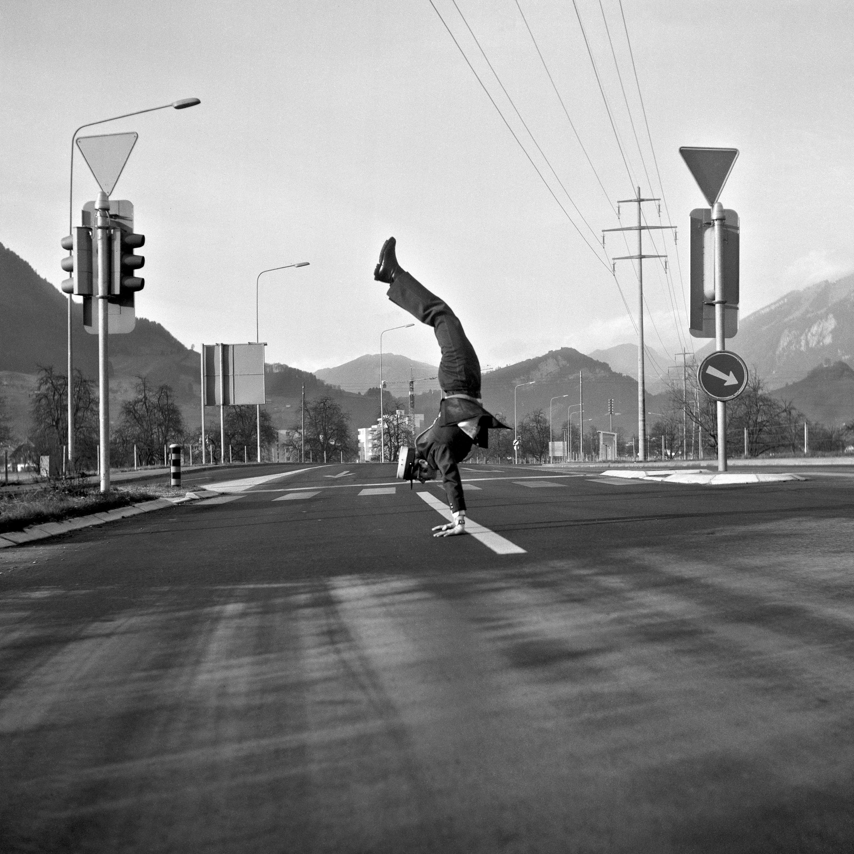 Stans 1973: Polizist Noldi von Büren macht einen Handstand an einem autofreien Sonntag. Ein Foto mit Kultcharakter.