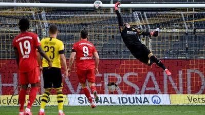 Der Fehler von Roman Bürki: Hier fliegt derLupfer von Joshua Kimmich ins Dortmunder Tor. Spiel verloren, Meisterschaft ebenfalls. (Federico Gambarini / Pool / EPA)
