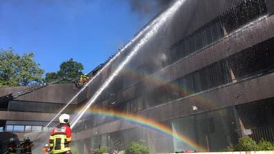 Die Feuerwehren bekämpfen den Brand. (Bild: Zuger Polizei)