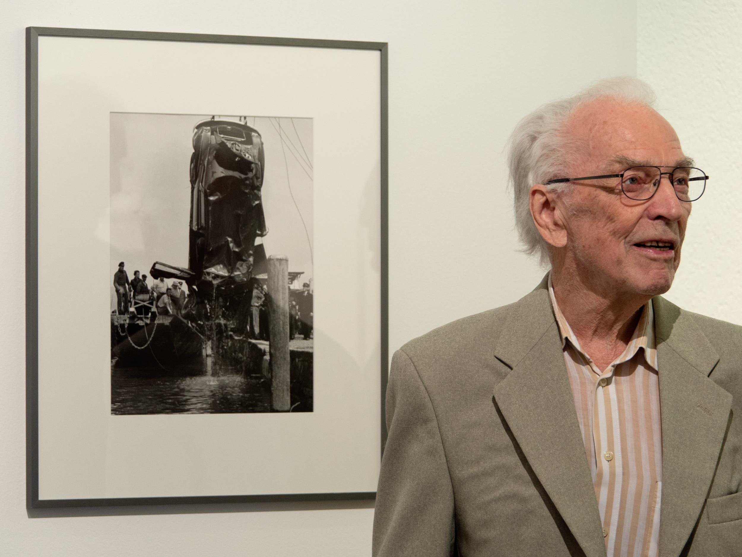Biennale dell'Immagine Chiasso, 2019: Arnold Odermatt vor einem seiner berühmteten Unfallfotos.