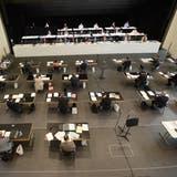 An der Sitzung in der Aula Cher hat der Kantonsrat viel Platz. (Bilder: Urs Hanhart (Sarnen, 28. Mai 2020))