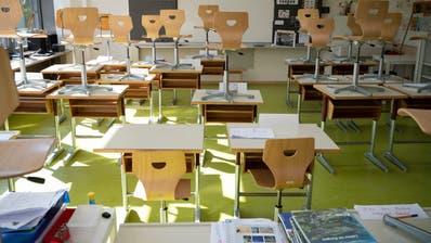 Ein Schulzimmer ohne Schüler, die Stühle stehen auf den Pulten. (Bild: Alex Spichale (Bellikon, 13. April 2020))