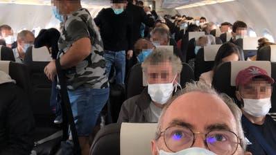 Vollgepackt mit Mundschutzmasken, die das Reisen hygienischer machen - hinein ins Corona-Feeling! Laut Swiss halten sich praktisch alle Passagiere an die Masken-Empfehlung. Pflicht ist der Mundschutz hingegen nicht. (Oliver Franz)