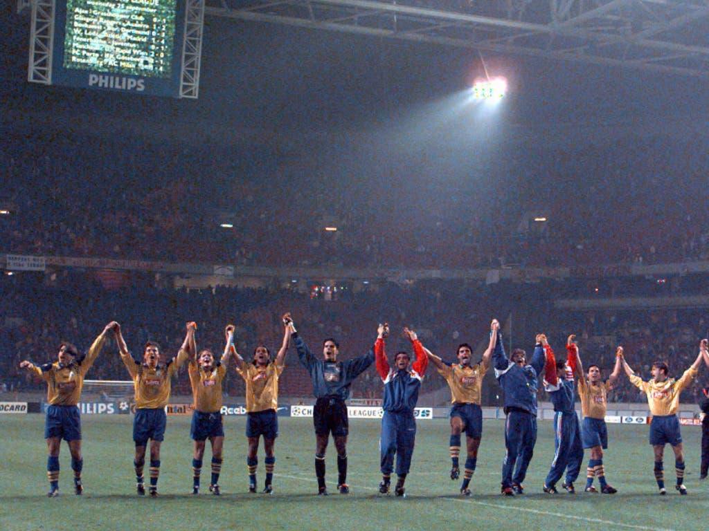 Die GC-Spieler lassen sich nach dem Coup in der Champions-League-Gruppenphase von den eigenen Fans feiern