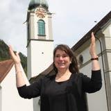 Katechetin und Gebärdensprachdolmetscherin Agnes Zwyssig übersetzt an Pfingsten für Gehörlose und Hörbehinderte. Diese Geste bedeutet Ehre und ehren. (Bild: Markus Zwyssig (Altdorf, 26. Mai 2020))