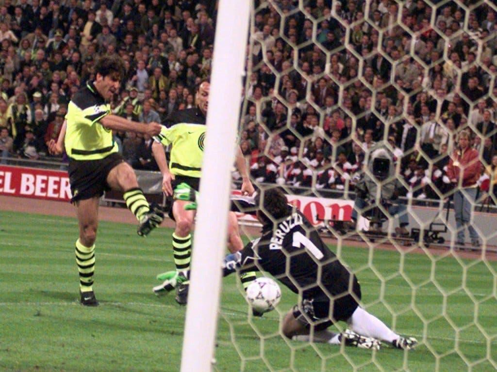 Karlheinz Riedle ebnete den Dortmundern mit zwei Toren vor der Pause den Weg zum Sieg