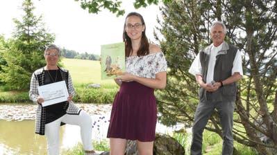 Lucrezia Meier-Schatz, Präsidentin des Rotary Clubs Neckertal, Preisträgerin Noemi Manhart sowie Jugendienst-Verantwortlicher Heinz Fluck, ebenfalls vom Rotary Club Neckertal (von links). (Bild: Urs M. Hemm)