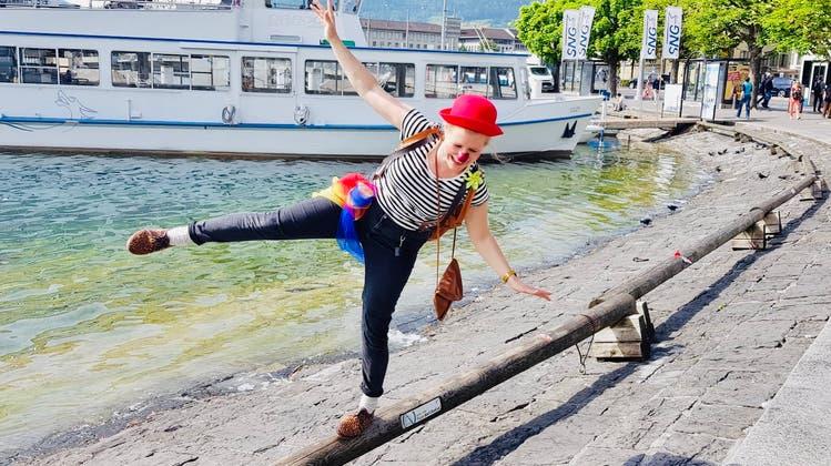 Die Luzerner Clownin Daniela Vogel macht «e chli Seich» und tanzt in der Demenzabteilung