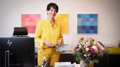 Vom Wiler Stadtpräsidium ins Baudepartement des Kantons St.Gallen. Für den neuen Job hat Susanne Hartmann bereits ein passendes Utensil als Abschiedsgeschenk erhalten. (Bild: Ralph Ribi)