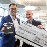 Die MatriqAG gewinnt den «Startfeld Diamant»: Klaus Dietrich, Mitgründer und Technologiechef (links), und André Bernard, Mitgründer und CEO zeigen ihre Freude und den Preis. (Bild: PD)
