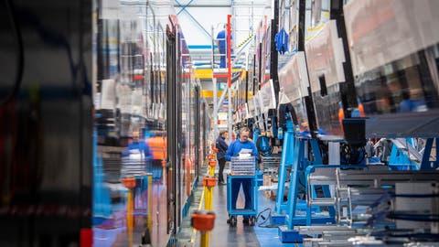 Die Produktion bei Stadler läuft weiter: Fabrik am Hauptsitz in Bussnang. (Bild: Urs Bucher)