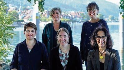 Ulrike Darsow, Daniela Bigler Billeter, Patrizia Holzer, Irene Teismann, Agnes Leukens (von rechts nach links) von Amnesia Zug hatten in der Coronahochphase viel zu tun. Das Projekt der Alzheimer Zug vermeldet viele Neuanmeldungen. (Bild: agenturguldin.ch)