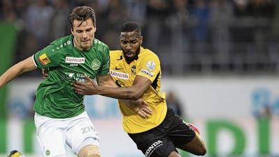 Als der Ball noch rollte: St.Gallens Lukas Görtler (links) im Zweikampf mit Ulisses Garcia von den Young Boys.