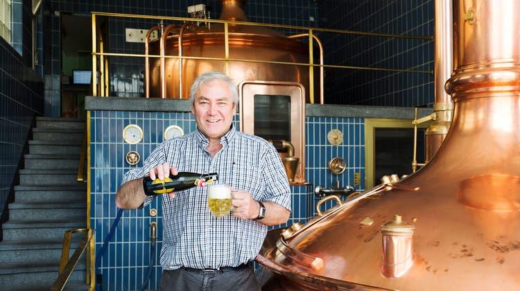 Prost für die Abwasserreinigung: CVP-Nationalrat und Braumeister Alois Gmür musste wegen der Coronakrise20'000 Liter Bier wegschütten. (Bild: Mischa Christen)