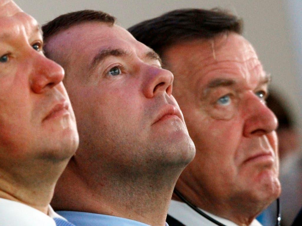 Der ehemalige deutsche Bundeskanzler Gerhard Schröder (rechts) und der frühere russische Ministerpräsident Dimitri Medwedew (Mitte) haben tatkräftig dazu beigetragen, dass die Gaspipeline Nordstream 2 gebaut werden kann.