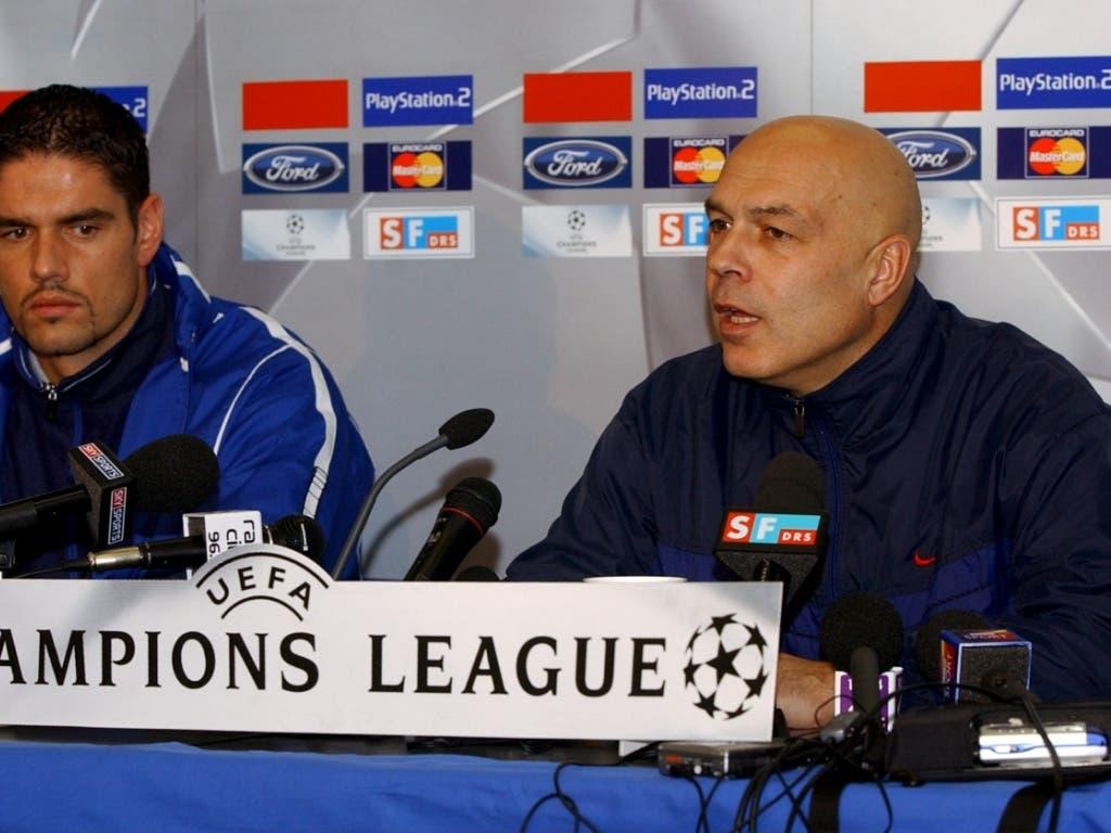 FCB-Trainer Christian Gross zusammen mit Goalie Pascal Zuberbühler (links) an der Medienkonferenz vor dem Heimspiel gegen Liverpool