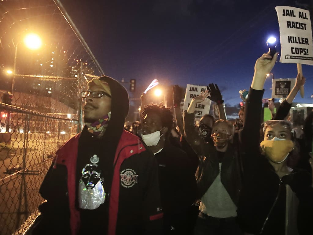 """Demonstranten verurteilen Rassismus. Rassisten gehörten ins Gefängnis, heisst es auf Plakaten.""""Black Life matters» ist auf anderen Schildern zu lesen."""