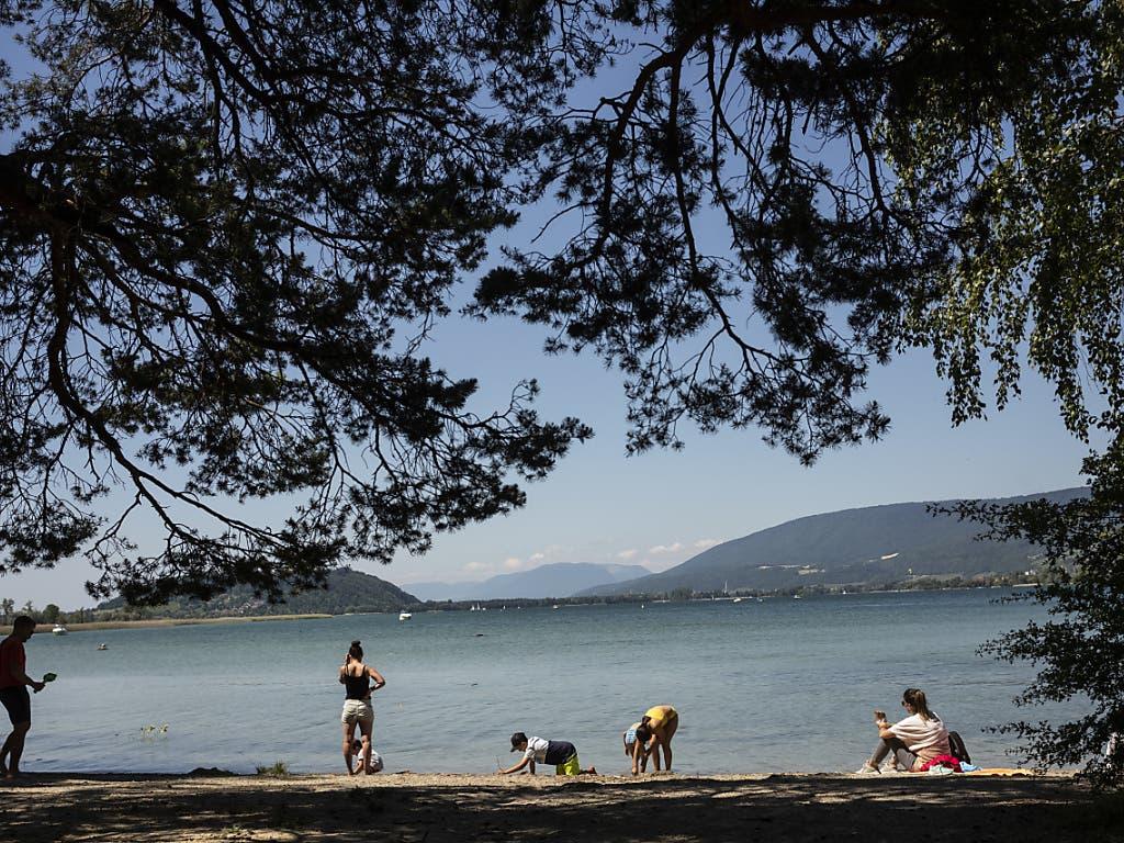 Menschen geniessen am Bielersee im Kanton Bern die Sonne.