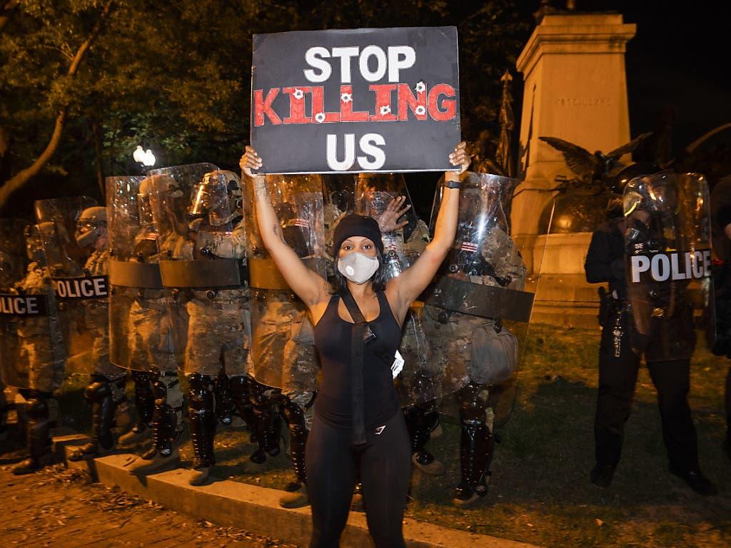 Demonstranten fordern ein Ende der Polizeigewalt, nachdem der Tod eines Afroamerikaners zu Ausschreitungen geführt hatte.