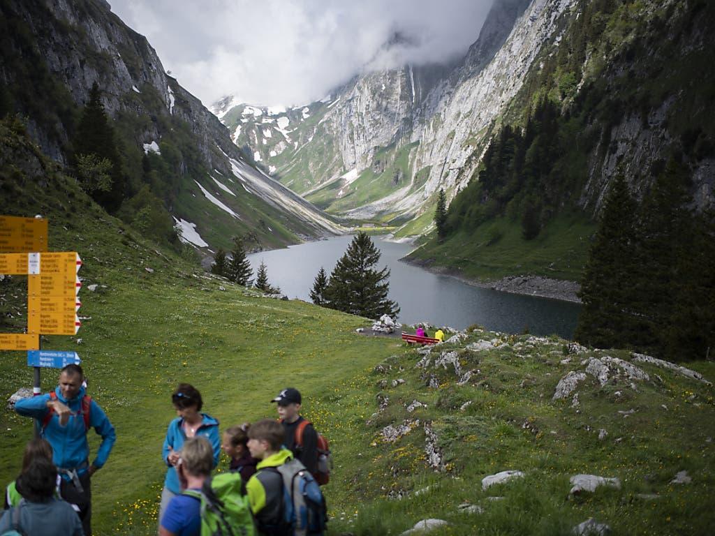 Wanderer am Fählensee im Alpstein.