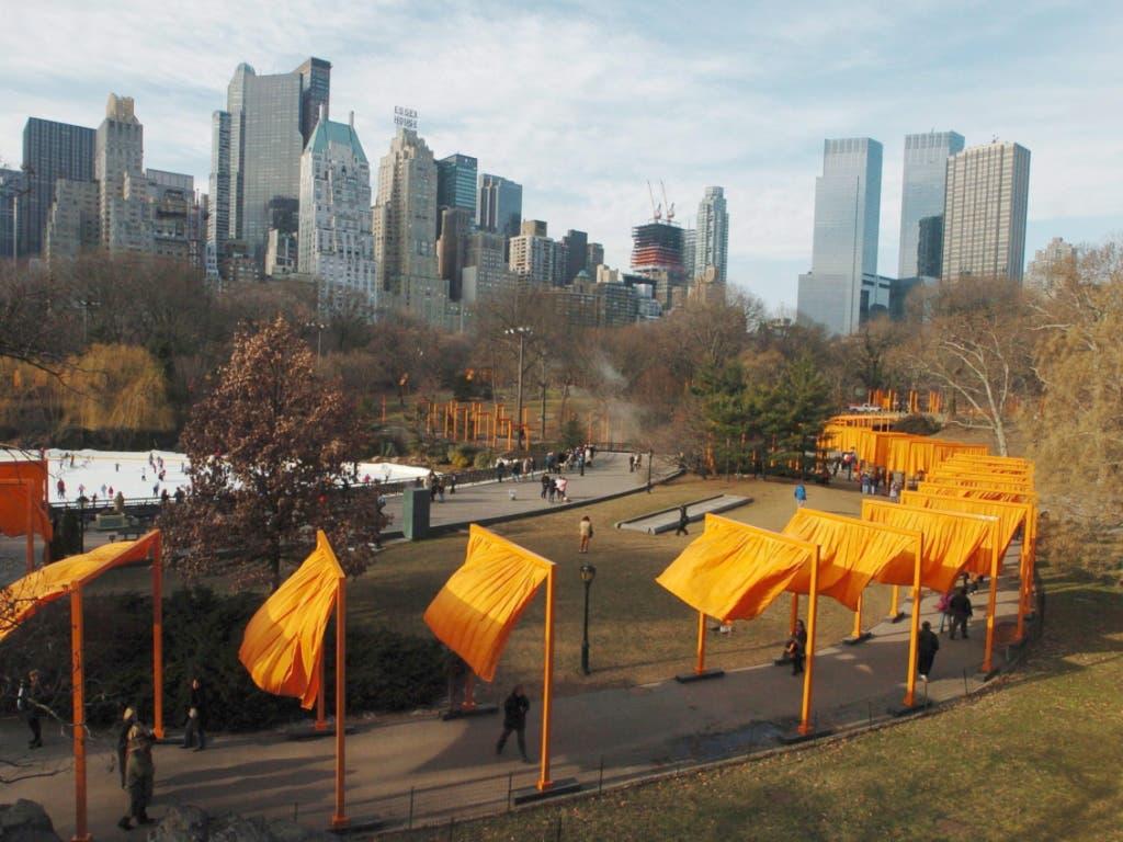 Zu Christos berühmtesten realisierten Projekten zählten die safranfarbenen Tore im New Yorker Central Park («The Gates»).