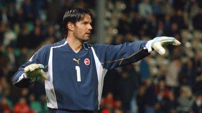 Pascal Zuberbühlerdirigiert seine Teamkollegen im WM-Qualifikationsspiel Schweiz – Zypern im Hardturm Stadion am 30. Maerz 2005. Das Spiel endete 1:0. (Walter Bieri/Keystone)