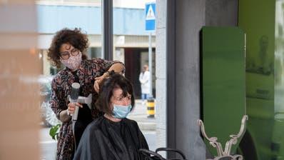 Beim Coiffeur muss man bis auf weiteres eine Schutzmaske tragen. (Bild: Nadia Schärli (Luzern, 27. April 2020))