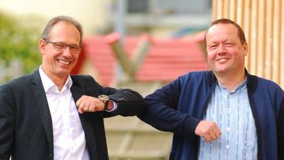 Richard Scheerer, Präsident Dorfkorporation Bronschhofen (links) und Martin Flammer, Präsident Elektra Trungen, besiegeln die Netzübernahme mit «Ellenbogen-Schlag». (Bild: ropo)