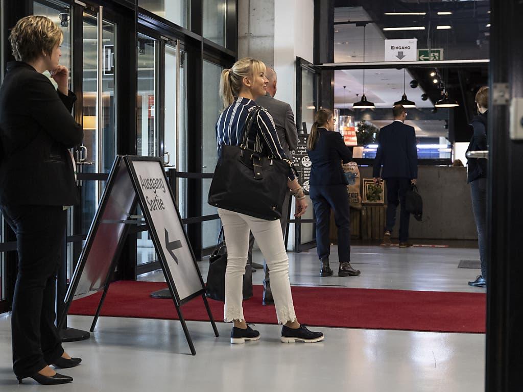 Anstehen für einen Kaffee: die Thurgauer SVP-Nationalrätin Diana Gutjahr und weitere Parlamentarier am ersten Tag der ausserordentlichen Session der Eidgenössischen Räte zur Corona-Krise.