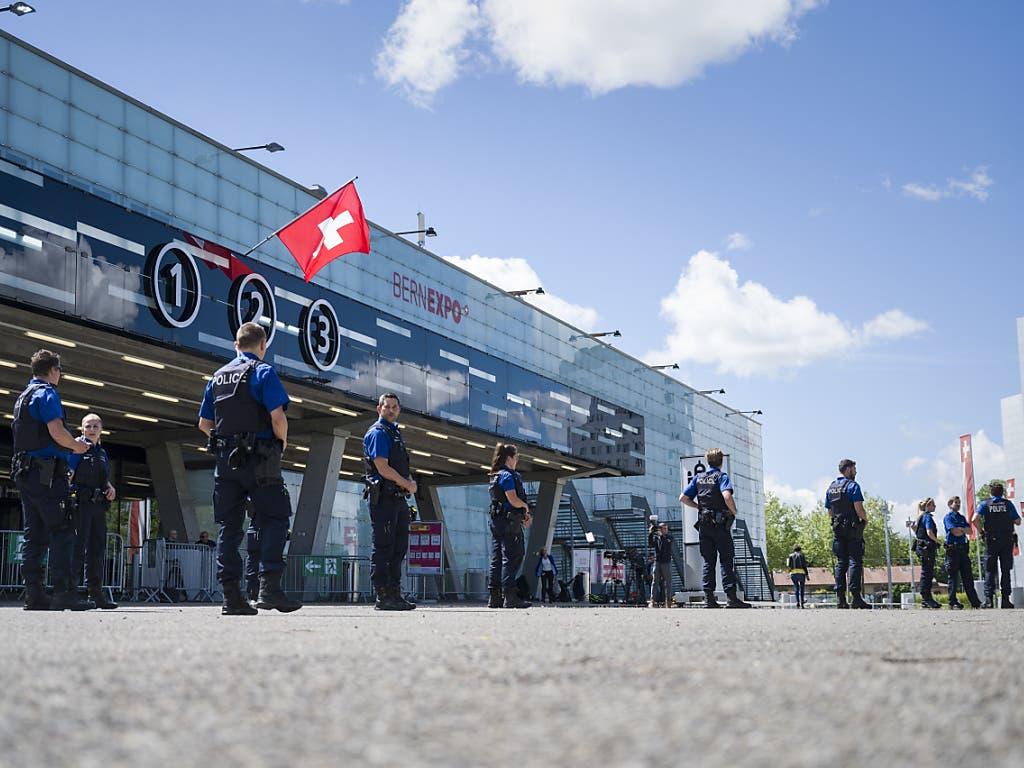 Polizisten versammeln sich, um eine angekündigte, nicht bewilligte Demonstration zu kontrollieren, vor den Ausstellungshallen der Bernexpo in Bern.