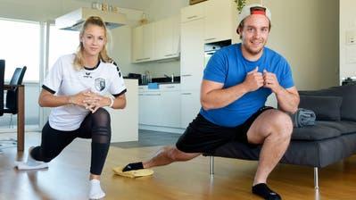 Fussballerin Fabienne Buser und Eishockeyspieler Nico König trainieren gemeinsam in ihrer Wohnung in Weinfelden. ((Bild:Mario Testa))