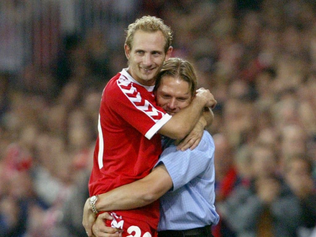 Thuns Trainer Urs Schönenberger herzt seinen Goalgetter Mauro Lustrinelli