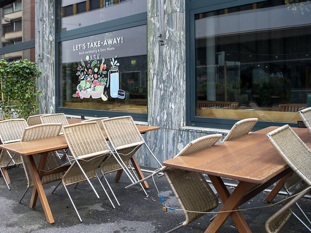 Mit angestellten Stühlen vor leeren Restaurants ist bald Schluss.