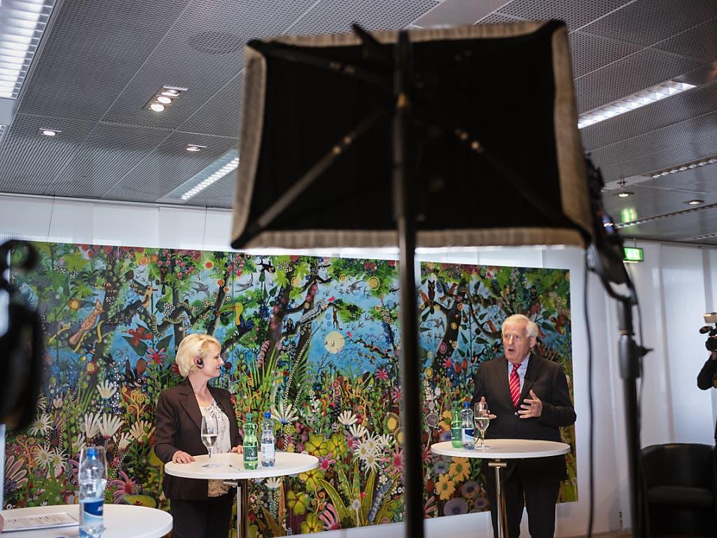 Nationalratspräsidentin Isabelle Moret (FDP/VD) und Ständeratspräsident Hans Stöckli (SP/BE) diskutieren in einem Live-Video-Chat mit einem zugeschalteten Bürger am Rand der ausserordentlichen Session der Eidgenössischen Räte zur Corona-Krise.
