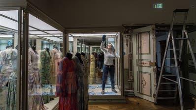 Die Kleiderpuppen mussten raus: Slavica Panic putzt eine Vitrine von innen. Noch bis Dienstag zu: Der Eingang des Historischen und Völkerkundemuseums. (Bild: Michel Canonica)