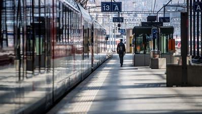 Ein fast menschenleeres Perron beim Bahnhof Luzern. (Bild: Nadia Schärli (Luzern, 16. März 2020))