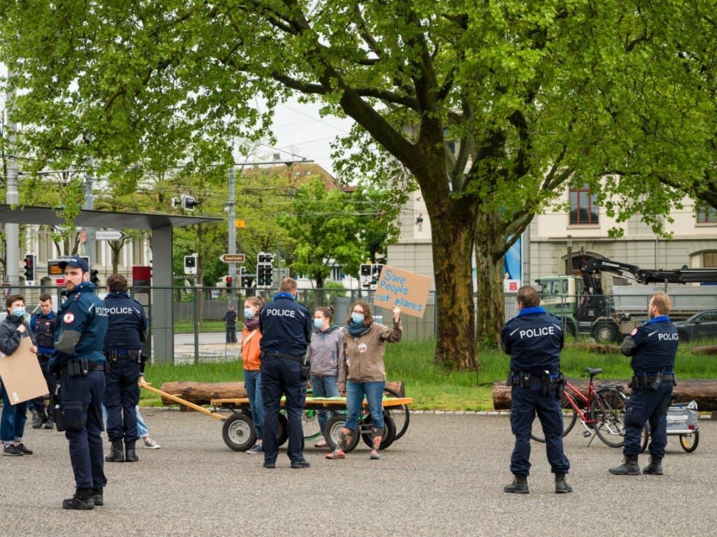 Polizisten unterbinden die Demo von Klima-Aktivisten auf dem Gelände der Bernexpo.