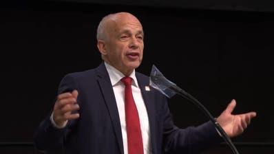 Ueli Maurer fordert: «Machen sie Ferien in der Schweiz!» – Nationalrat applaudiert