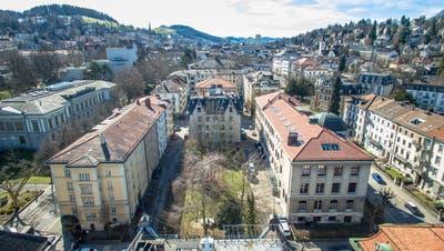 Das Wiesli zwischen den Häuserzeilen im Museumsquartier von St.Gallen. Links im Bild zwischen den Bäumen ist das Theatergebäude zu erkennen. (Bild: Benjamin Manser / Michel Canonica)