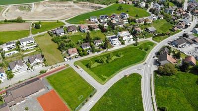 Warth-Weniningen plant auf der Schulhauswiese in der Mitte des Bildes das neue Infrastrukturgebäude. Links unten das Primarschulareal. ((Bild: Donato Caspari))