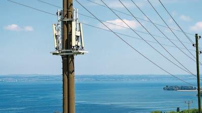 Die Antenne des Anstosses ist an einem Strommast nahe der Autobahn montiert. Die Betreiberin Sunrise will sie mit 5G ausstatten.