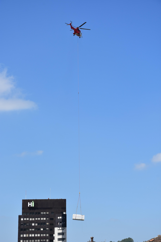 Der Super-Puma bringt ein zusätzliches Klimagerät aufs Dach des Spitalhochhauses 04 im Hintergrund.