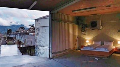 Ein Hotelzimmer an Altstättens Industriestrasse: Die Riklin-Brüder stellen für ein Video ein Bett bei den Gleisen auf