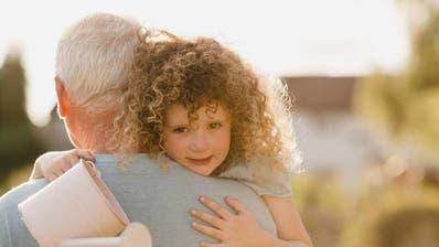 Auch in Dänemark dürfen die Grosseltern ihre Enkel wieder umarmen mit dem Segen der Regierung. ((Bild: Imago))