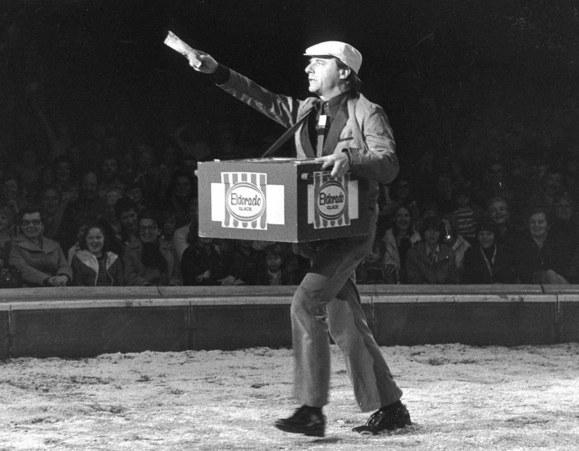 Emil Steinberger im Jahr 1977 bei seinem legendären Auftritt als Eisverkäufer im Circus Knie.