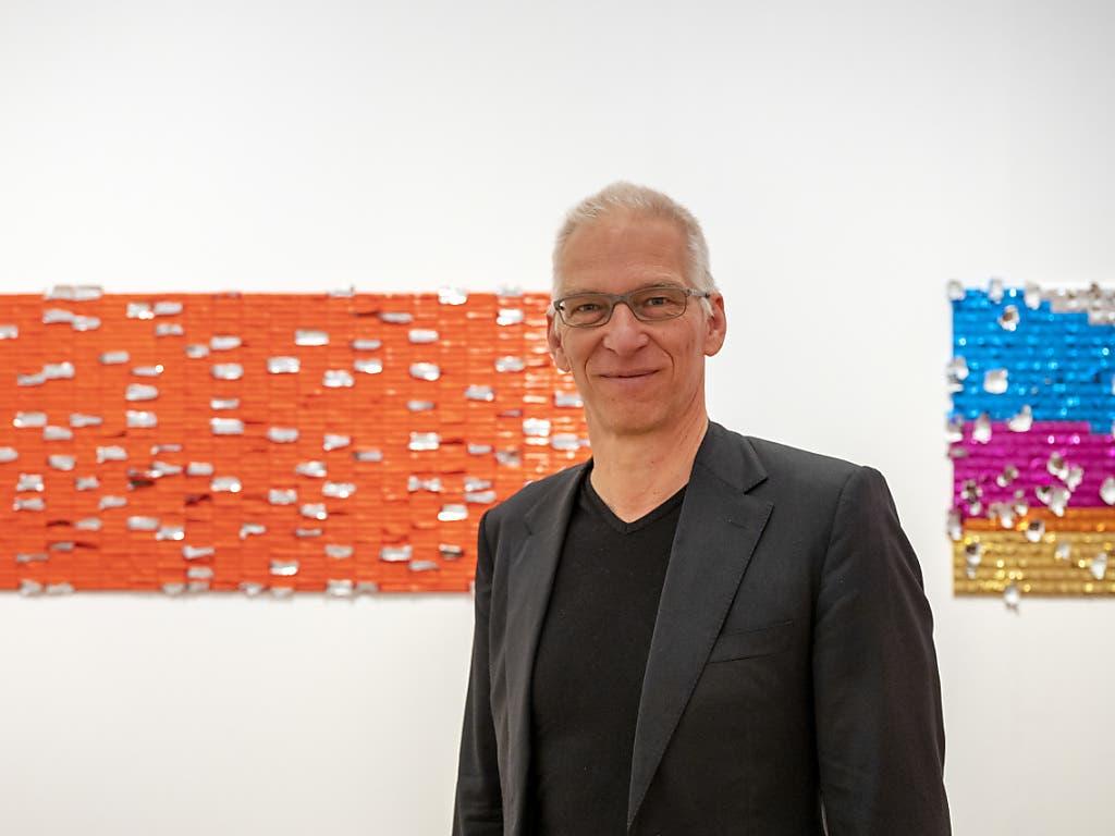 Museumsdirektor Roland Wetzel vor dem einst interaktiven Kunstwerk «Pick-me-up» (2016) der australischen Künstlerin Elisabeth Willing im Museum Tinguely.
