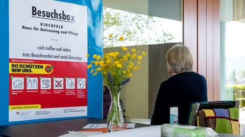 Viele Alters- und Pflegeheime haben verstanden, dass soziale Kontakte wichtig sind fürs Wohlbefinden ihrer Bewohnerinnen und Bewohner. Deshalb werden derzeit immer mehr Corona-sichere Besucherboxeneingerichtet. Im Bild jene des Horwer Heimes Kirchweid. (Bild: Philipp Schmidli (Horw, 17.April 2020))